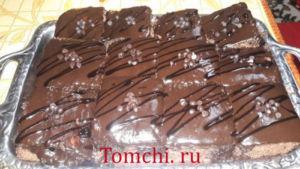 Shokoladli glazur bilan namlangan pirog.